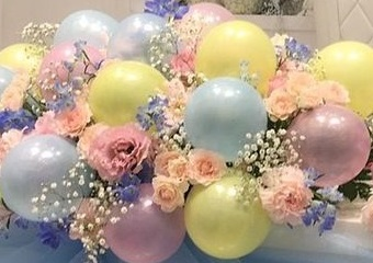 15 pink yellow blue air balloons with 15 pink roses and leaves